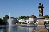 Bremen: Bürgerpark, Parkhotel, Statue, blauer Himmel.