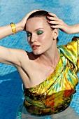 geschminktes Gesicht einer Frau im Pool, Bluse, Tuch