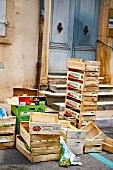 Frankreich, Leere Gemüsekisten stehen an einem Treppenaufgang