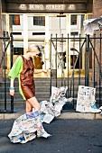 Frau im kurzen Kleid mit Leder, Wind weht Zeitungen Malheur, Mißgeschick