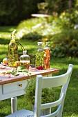Selbstgemachte Würzöle und Würzessige auf Tisch im Freien
