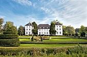 Ostseeküste: Herrenhaus Panker, Fassade weiss, Garten