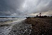 Ostseeküste: Landschaft, Steine, Meer, Leuchtturm, herbstlich.