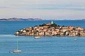 Kroatien: Dorf Primo¿ten, Meerblick, Berge am Horizont
