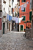 Kroatien: Rovinj, Gasse, Wäsche auf der Leine