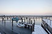 Ostseeküste: Angeln, Gelting Mole, Boote, verschneit.