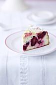 Ein Stück Brombeer-Cheesecake auf Kuchenteller