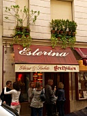 Paris: Esterina, Eisladen, aussen, Gäste