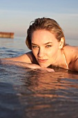 Gesicht einer Frau im Wasser, Meer am Strand
