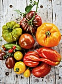 An arrangement of various tomatoes (seen from above)