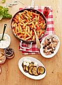 Penne al Pomodoro e Basilico mit Thunfisch & Auberginensalat mit Mozzarella