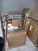 viele Kartons stapeln sich im Haus