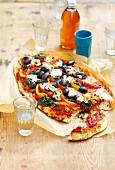 Gemüsepizza mit Oliven