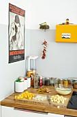 Zutaten für Käsesalat mit Mango auf Küchenarbeitsplatte einer Studentenküche