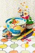 Gurken-Rettich-Suppe in bunter Suppenschale