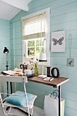 Tisch & Stuhl in blauem Gästehaus aus Holz im skandinavischer Stil
