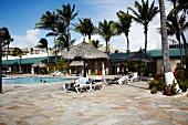 Aruba, Karibik, Holiday Inn, Hotel, Pool, Liegestühle, Sonnenschirme