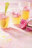 Apfelsüppchen mit Rosenblütenblättern