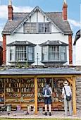 Wales, Dorf Hay-on-Wye, Buchhandel, aussen, Männer