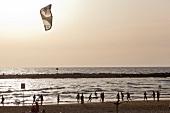 Israel, Tel Aviv, Mittelmeer, Strand Urlauber, Abendsonne, Kitesurfer