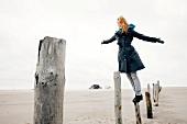 Frau im Burberry-Mantel an der frischen Luft, steht auf Pfahl