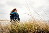 Frau im Burberry-Mantel an der frischen Luft, Strand, Schilf, Düne