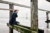 Frau im Mantel an der frischen Luft Strand, Meerblick