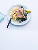 Abnehmen, Rotbarsch auf Spinat mit Spaghetti