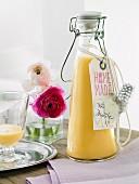 Selbstgemachter Eierlikör in Bügelflasche zum Verschenken