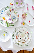 Geschirr mit verschiedenen floralen Dekoren (Aufsicht)