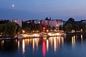 Berlin, Friedrichshain, Spree, Blick von Warschauer Brücke, abends
