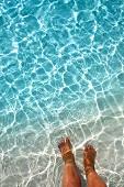 Füße in seichtem Wasser, Insel Veliganduhuraa, Malediven