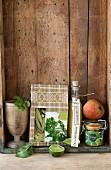Stillleben mit Feinkost: Senf, Apfel, Limette und Petersiliennudeln