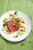 Abnehmen to go, Tatar im Gemüse-Eier-Bett
