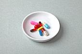 bunte Tabletten in einer kleinen Schale
