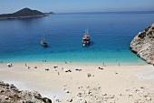 Türkei, Türkische Ägäis, Kaputas, Strand, Urlauber, Bucht, Schiffe