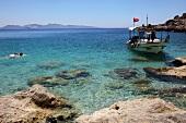 Türkei, Türkische Ägäis, Strand, Urlauber, Badebucht, Schiff