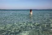 Türkei, Türkische Ägäis, Cesme, Strand Ilica Plajr, Urlauberin