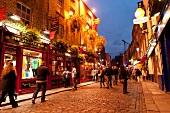 Irland: Dublin, Temple Bar-Viertel, Touristen, abends, Lichter