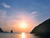 Insel Ibiza, Bucht, Sonnenuntergang, Felseninsel im Hintergrund