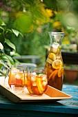 Bowle in Gläsern und in Glas-Karaffe im Freien