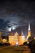 Lübeck, Schleswig Holstein, abends, Lübecker Holstentor, St. Petri