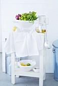 Ablagetisch für die Küche mit mit Salat im Seiher & Dressingzutaten