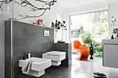 helles Badezimmer, Luxus, WC, Bidet großes Fenster, Accessoires orange