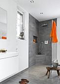 helles Badezimmer, Luxus, offene Dusche, Accessoires orange