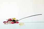 Löffel mit Tabletten, Pillen, Kapseln, Dragees