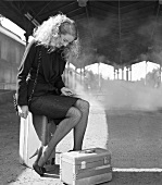 Frau am Bahnhof, Zug, Koffer