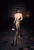 Frau, Kleid mit Wasserfallausschnitt Goldmetallic, glänzend, von hinten