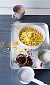 Streuselteig mit verschiedenen Zutaten wie Kakao, Kokosraspel, Nüsse & Zucker