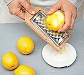 Mini-Guglhupf, Schneller Guglh upf, Step 1 : Zitronenschale reiben